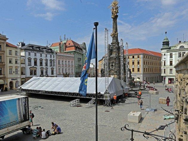 Výstavba pódia pro festival Colores flamencos na Horním náměstí v Olomouci