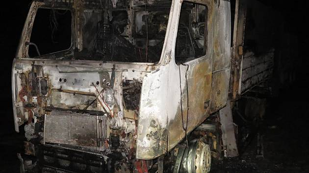 K požáru náklaďáku v průmyslovém areálu na okraji Kostelce na Hané přijeli postupně tři hasičské jednotky. Jako první vyrazila k místu vzniku požáru místní jednotka dobrovolných hasičů, která celou situaci zmonitorovala a začala s hašením plamenů, které z