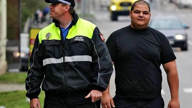 Romský asistent prevence kriminality na obchůzce s městskou policií. Ilustrační foto