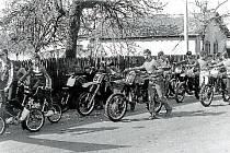 Svazarm. V roce 1953 vzniká v Dlouhé Loučce Svaz pro spolupráci s armádou. Jaroslav Kovář, jeho předseda od roku 1973 a bývalý motokrosový jezdec, se zaměřil na trénink nadějných jezdců.
