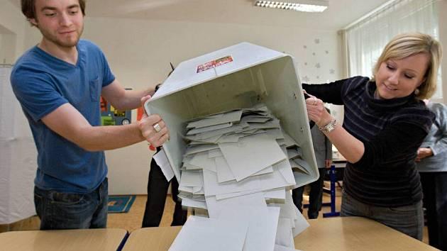 Počítání hlasů ve volební místnosti na ZŠ Svornosti v Olomouci