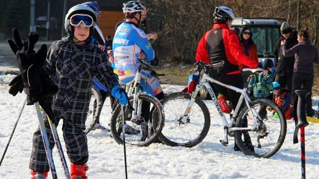 Sobotní jarní lyžování, bobová dráha a zastávka cyklistů v Hrubé Vodě.