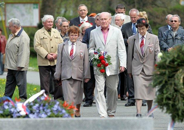 Smrt osmatřiceti mužů si připomněli lidé u památníku v Javoříčku.