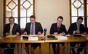 Říjen 2014: podpis smlouvy o vládnoucí radniční koalici v Olomouci - zleva Ladislav Šnevajs (KDU-ČSL), Martin Major (ODS), Antonín Staněk (ČSSD) a Aleš Jakubec (TOP09)