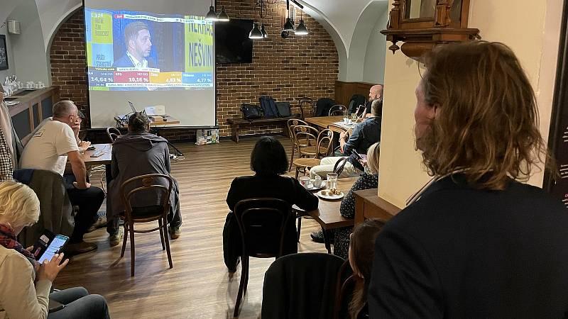 Volební štáb Pirátů a Starostů v olomoucké restauraci Riegrovka. 9. října 2021