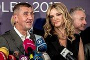 Andrej Babiš s manželkou Monikou na tiskovce k volebnímu vítězství ANO