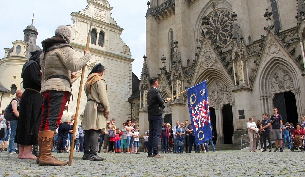 Lidé poslouchají vyzvánění zvonů olomoucké katedrály k připomínce vraždy krále Václava III., 4. srpna 2021
