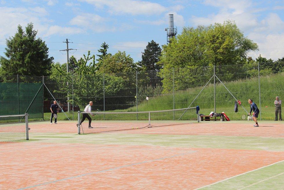 Oblíbené tenisové kurty u rybníka v Křelově