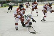 Olomoučtí hokejisté (v bílém) porazili Karlovy Vary 3:2 v prodloužení. Tomáš Houdek (u puku).