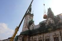 Opravená radniční věžička se v úterý dopoledne vrátila na své původní místo. Plné Horní náměstí v Olomouci přihlíželo, jak ji nahoru zvedá obrovský jeřáb.