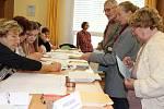 Volby v Domově seniorů v Hranicích - hlasovat tam přišli nejen jeho obyvatelé, ale také lidé z okolních ulic