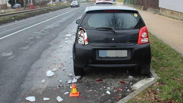 Kusy ledu uvolněné z projíždějícího nákladního vozidla poškodily ve Šternberku zaparkovaný osobní automobil značky Suzuki.