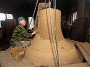 Nový zvon začíná dostávat obrysy.