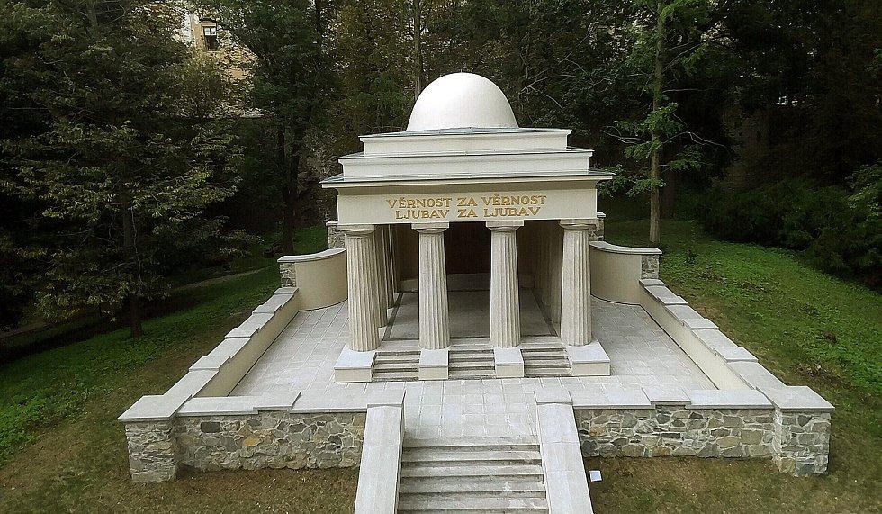 Opravené Jihoslovanské mauzoleum v Bezručových sadech.