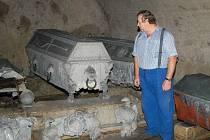Historické sarkofágy v nepřístupné kryptě jsou v různém stavu; některé v lepším, jiné ve zcela špatném.