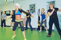 Posilování celého těla prostřednictvím tance v rytmu muziky z celého světa. Podle lektorky se často stává, že se pondělní lekce v Help fitness clubu změní v jednu velkou party