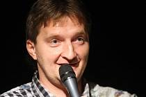 Mistr sportovních hlášek a moderátor Jaromír Bosák v Jazz Tibet Clubu v Olomouci