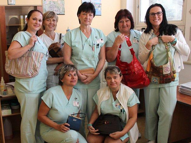 Zhruba měsíc visela na nástěnce na interní ambulanci v nemocnici ve Šternberku na Olomoucku výzva na podporu Kabelkového veletrhu Deníku. Do oblíbené benefice se nakonec sešlo několik desítek doplňků, dvě velké krabice a velký pytel plný tašek a kabelek