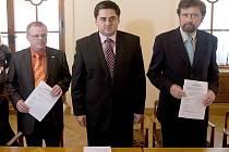 Podpis koaliční smlouvy na olomoucké radnici: Ladislav Šnevajs (KDU-ČSL), Martin Novotný (ODS), Ivo Vlach (TOP09)