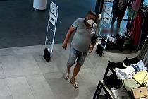 Policie pátrá po muži, který se se měl uspokojovat v prodejně s oděvy v obchodní galerii v centru Olomouce.