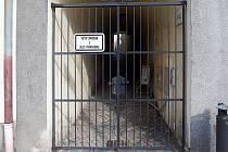 Zamčená Kozí ulička v Olomouci.