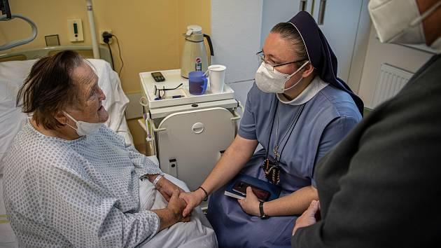 O pacienty Nemocnice AGEL Přerov pečuje nemocniční kaplanka sestra Magdalena Lis (v modrém). Listopad 2020.
