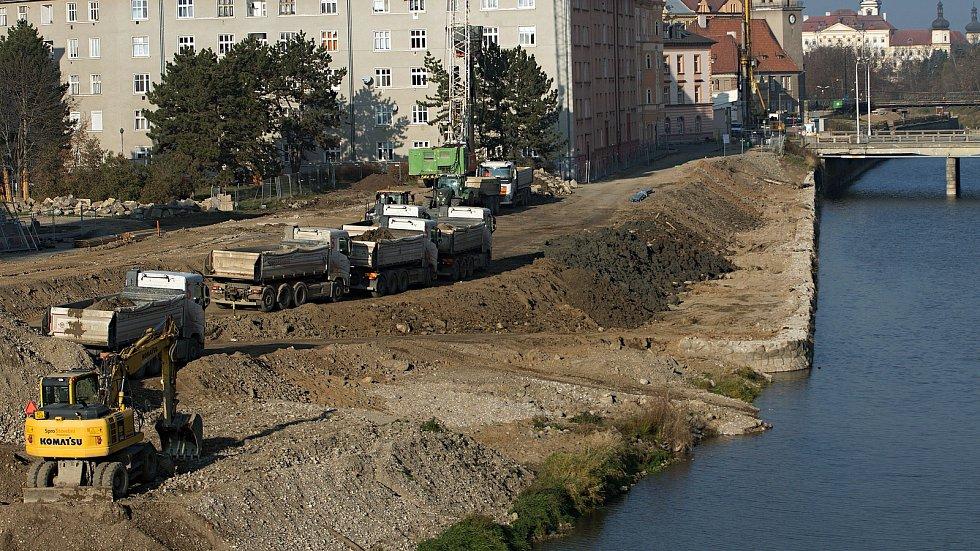 Stavba protipovodňových opatření mezi mezi mostem na Masarykově třídě a mostem na třídě Kosmonautů. Konec listopadu 2018