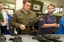 Prvních 505 nových kompletů útočných pušek CZ 805 BREN převzala Armáda ČR ve 101 kontejnerech na vojenské logistické základně ve Štěpánově u Olomouce