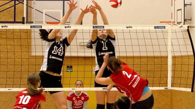 Volejbalistky Šternberka (v červeném) proti Přerovu