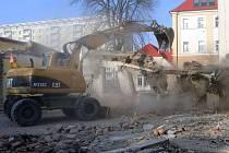 Demolice nízkopodlažní budovy na ZŠ Hálkova v Olomouci - začaly tak práce na budování nové přístavby