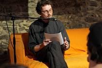 Jiří Mareček čte své verše na festivalu básníků