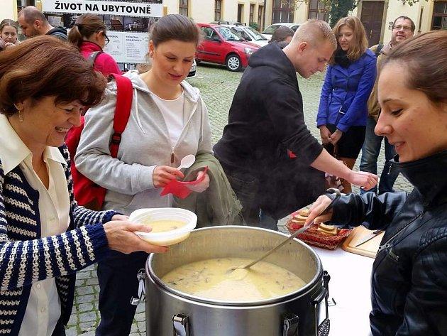 Už počtvrté chtěli organizátoři v Olomouci upozornit na problematiku chudoby a byznysu, který se kolem ní rozmáhá. Akce se konala u příležitosti Mezinárodního dne za vymýcení chudoby.
