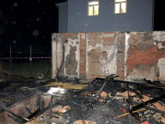 Návštěvníci hasičského plesu v Černovíře sledovali požár přímo z oken hasičské zbrojnice