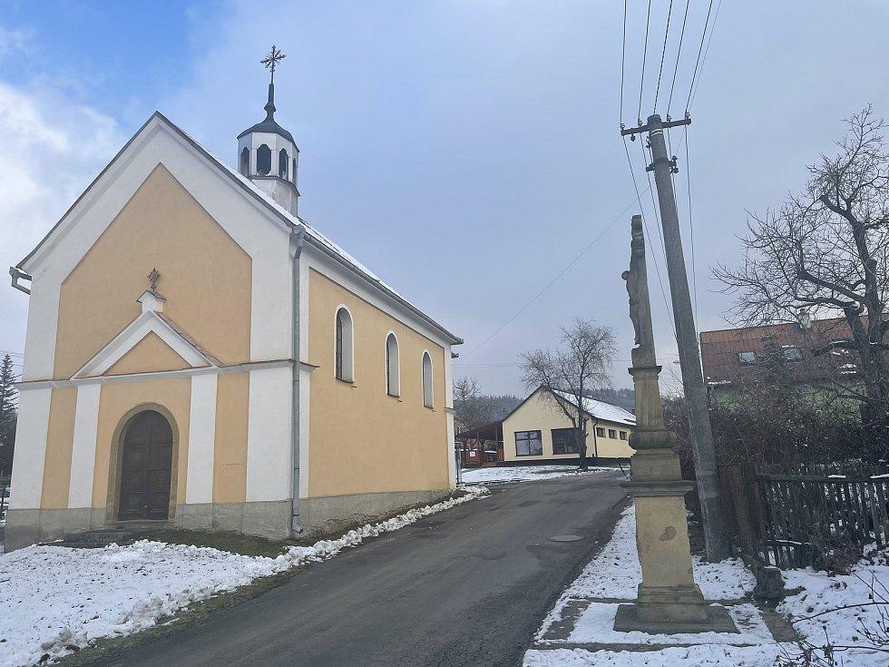 Dlouhá Loučka, Plinkout, v pozadí na snímku nový obchod, který obec postavila místním, leden 2021