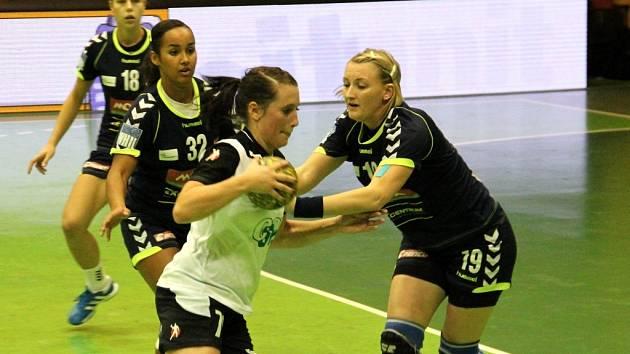 Olomoucké házenkářky (v tmavém) prohrály v zápase 11. kola interligy se Slavií Praha 21:27.