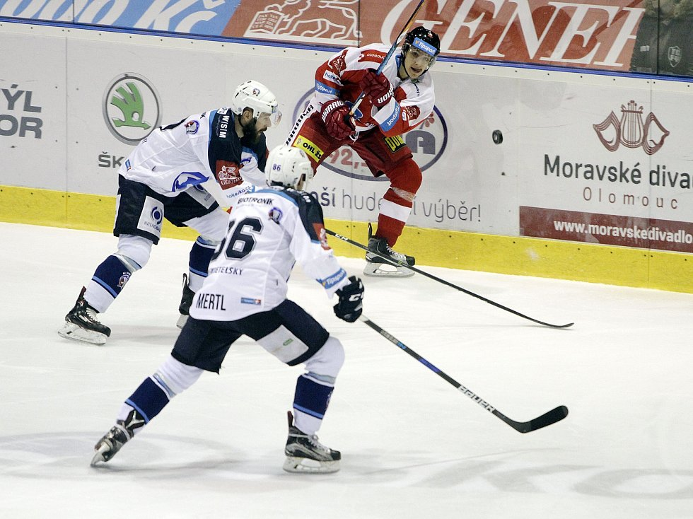 Olomoučtí hokejisté (v červeném) porazili Plzeň 5:0. Jakub Galvas