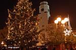 Město Opava má dva vánoční stromy, které věnovaly dvě místní rodiny. Zatímco ten na Dolním náměstí je zahalen do modrých barev, na Horním náměstí je laděn do trendů letošních Vánoc – barvy skořicové, oranžové a zlaté.