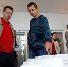 Robert Knebel ukazuje model dráhy. Představení projektu slalomového kanálu na Mlýnském potoce u obchodního centra Šantovka