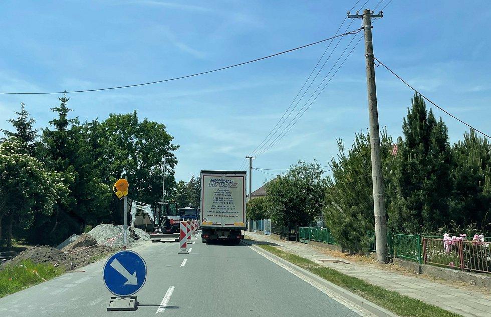 V Litovli začala kritická fáze rekonstrukce průtahu. Na snímku úsek objízdné trasy, kde stavbaři v těchto dnech budují cyklostezku, 15. června 2021