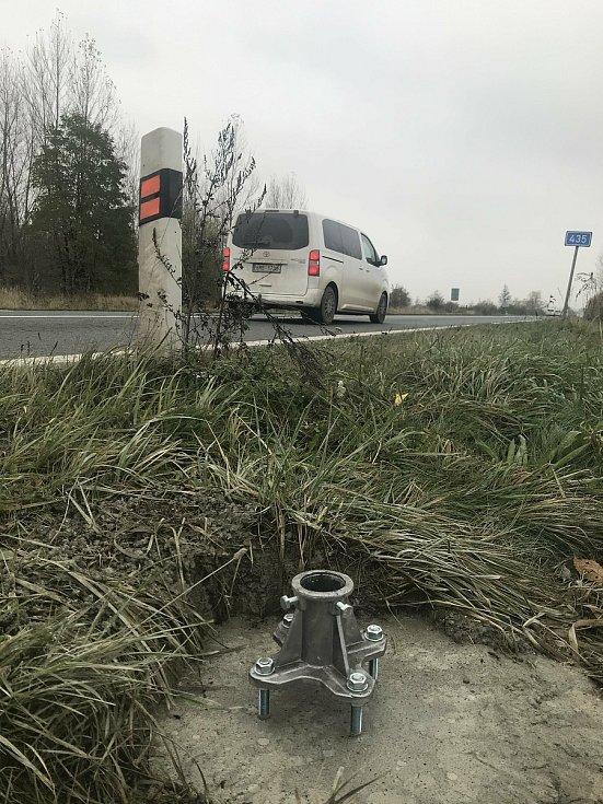 Dopravní značení by již brzy mělo dostat tranzitní nákladní dopravu z obcí mezi Olomoucí a Tovačovem. Na snímku přípravy u sjezdu z dálnice v Nemilanech, 10. listopadu 2020