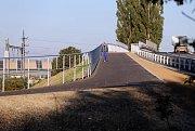 Cyklostezka spojující Holici a Nový Svět pomocí lávky bezpečně překonává i hlavní železniční trať ve směru na Přerov.