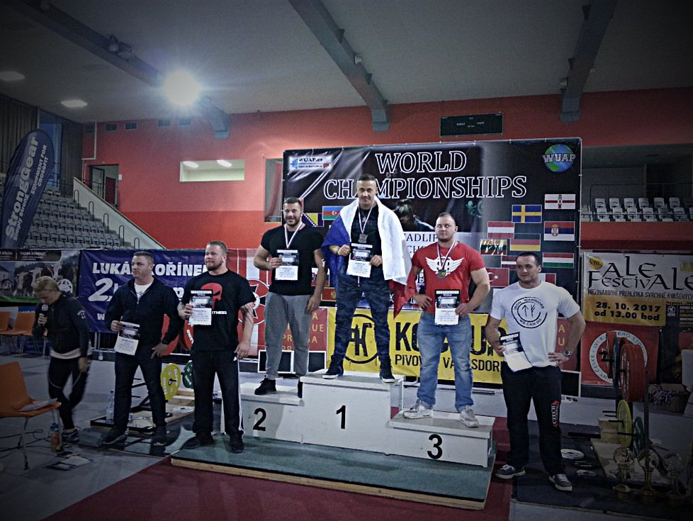 Olomoučtí siloví sportovci zápolili na mistrovství světa v silovém trojboji federace WUAP v Praze. Petr Folprecht (uprostřed)