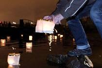 Pouštění plovoucích lampionů štěstí. Ilustrační foto