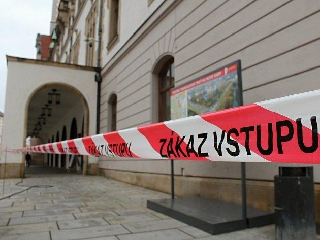 Červeno-bílá páska značící zákaz vstupu do blízkosti olomoucké radnice