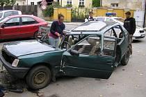 Vrak auta rozebíraný přímo na ulici