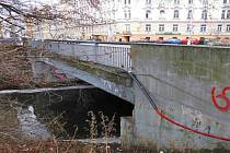 Most přes Mlýnský potok v Komenského ulici