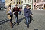 Režisér Jan Hřebejk (vpravo), Klára Melíšková jako vyšetřovatelka Marie Výrová a Stanislav Majer jako její kolega Pavel Mráz. Natáčení Případu pro exorcistu v Olomouci