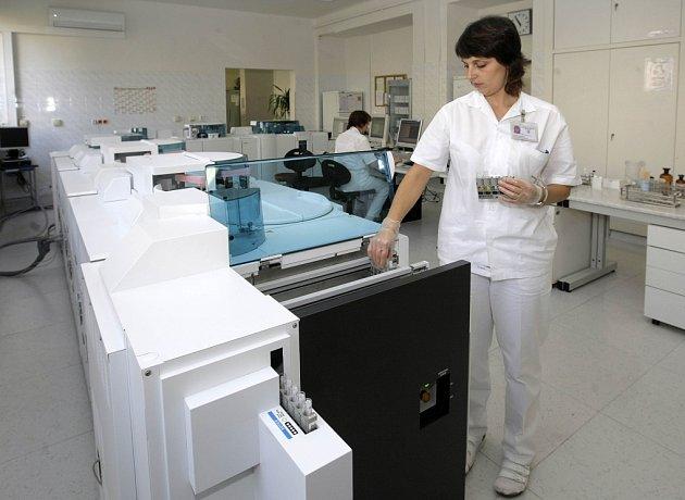 Automatické biochemické analyzátory v laboratořích FNO.