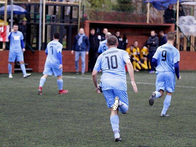 Olomoučtí fotbalisté (v modrém) v celostatní Superlize proti Blanensku. Ilustrační foto