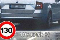 Řidič vozidla Škoda Octavia uháněl na dálnici D35 u Olomouce téměř dvě stě kilometrovou rychlostí.